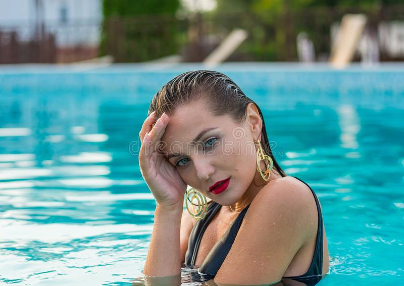 Porträt einer schönen jungen Frau im Pool Frau ist relaxi stockfotografie