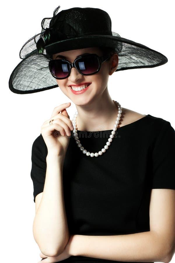 Porträt einer schönen jungen Frau im Retrostil in einem eleganten lizenzfreie stockbilder