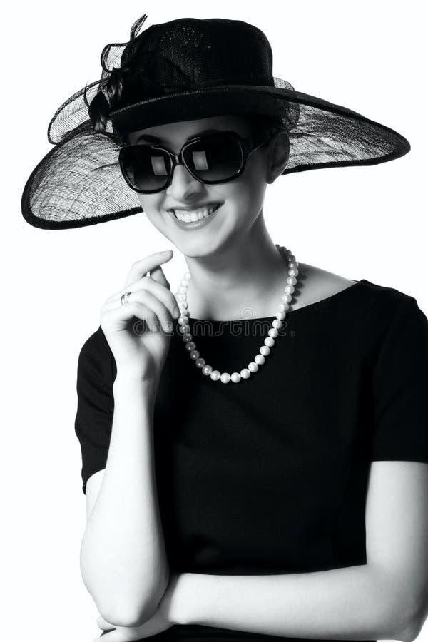Porträt einer schönen jungen Frau im Retrostil in einem eleganten stockfotografie