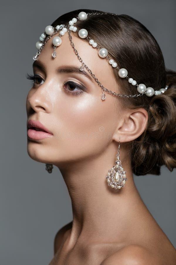 Porträt einer schönen jungen Frau im Studio lizenzfreie stockbilder