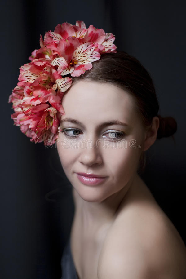 Porträt einer schönen jungen Frau lizenzfreie stockbilder