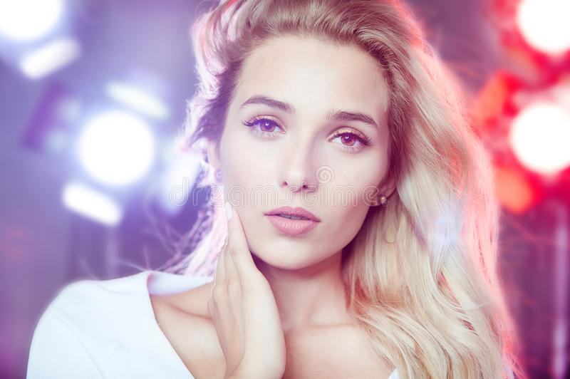 Porträt einer schönen jungen Frau mit dem blonden Haar lizenzfreies stockfoto