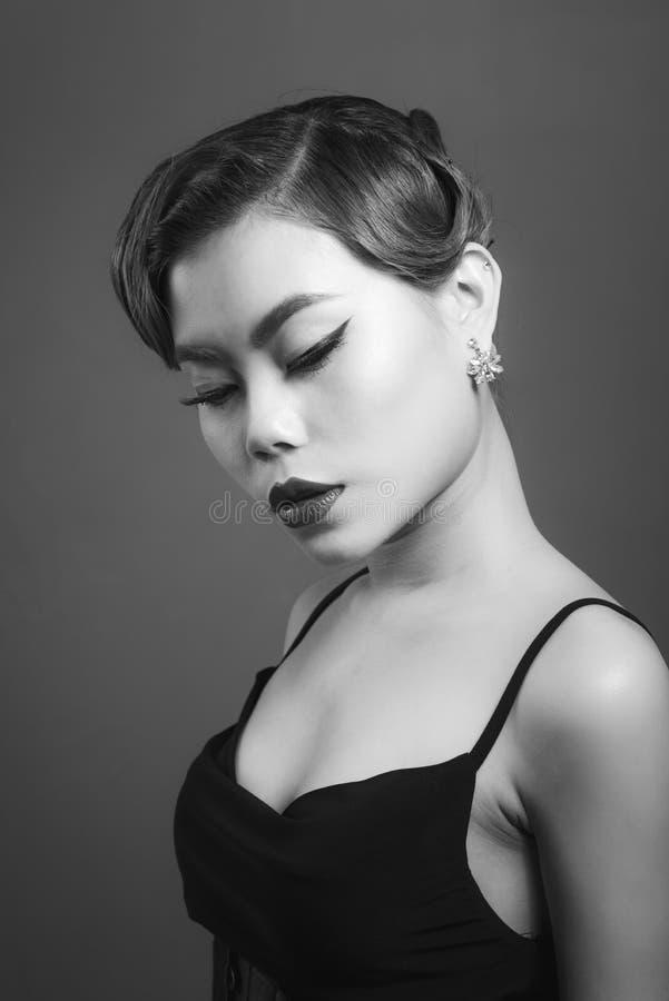 Porträt einer schönen jungen Frau mit dem braunen Haar Schönheit und Hautpflegekonzept stockfoto