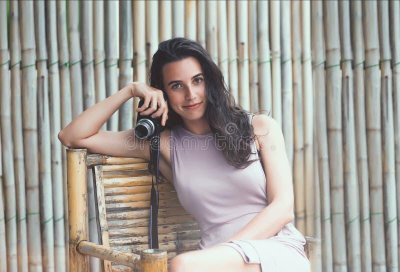 Porträt einer schönen jungen Frau mit einer Kamera stockfoto