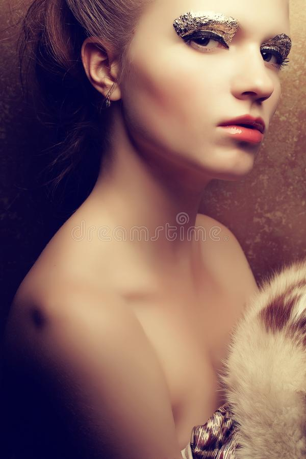 Porträt einer schönen jungen Frau zog das Halten luxuriös aus lizenzfreie stockbilder