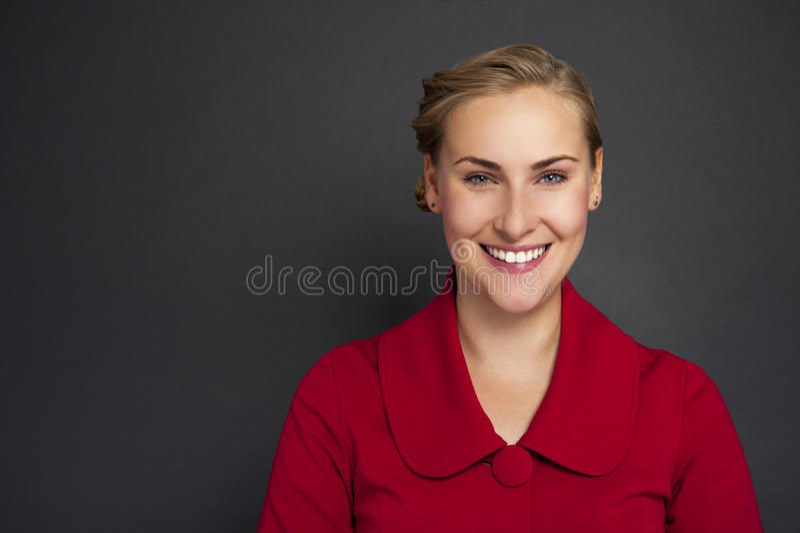 Porträt einer schönen jungen Geschäftsfrau, die gegen GR steht stockbilder