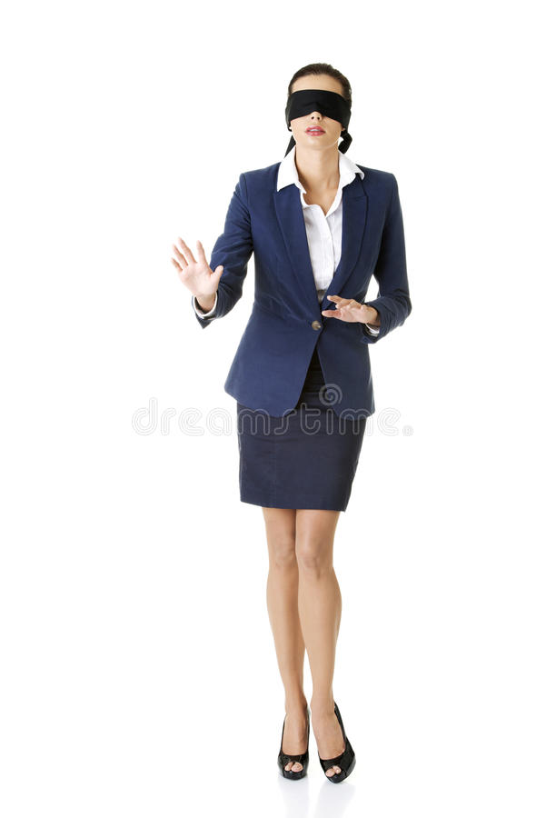 Porträt einer schönen jungen mit verbundenen Augen Geschäftsfrau lizenzfreies stockfoto