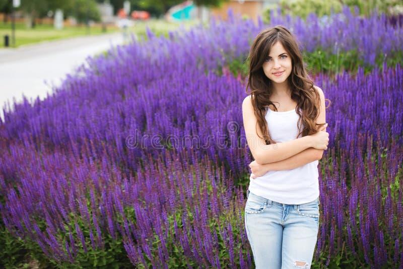 Porträt einer schönen jungen modernen Frau draußen Student im Park lizenzfreies stockfoto