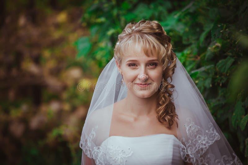 Porträt einer schönen lächelnden Braut lizenzfreie stockfotografie