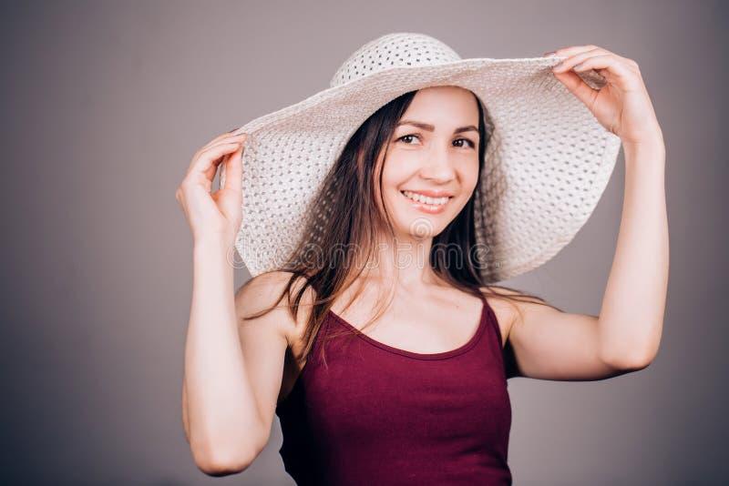 Porträt einer schönen lächelnden Frau in einem hellen Hut lizenzfreies stockfoto