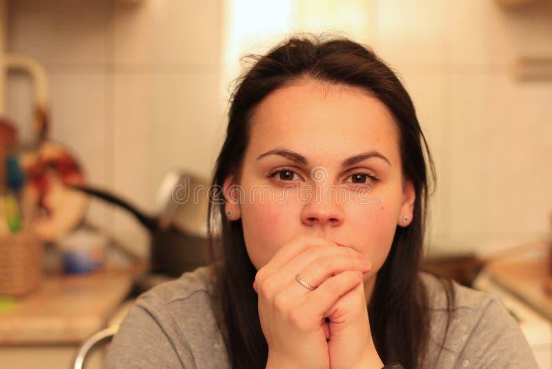 Porträt einer schönen nachdenklichen Frau mit braunen Augen und dem Haar stockbild
