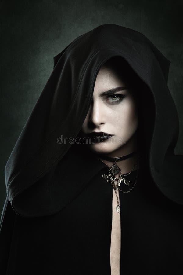 Porträt einer schönen Vampirsfrau stockbild