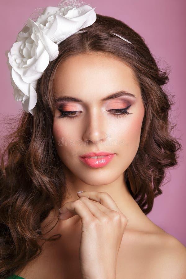 Porträt einer Schönheit in einem Hochzeitskleid im Bild der Braut Porträt der schönen Braut mit einer Blumenverzierung stockbild
