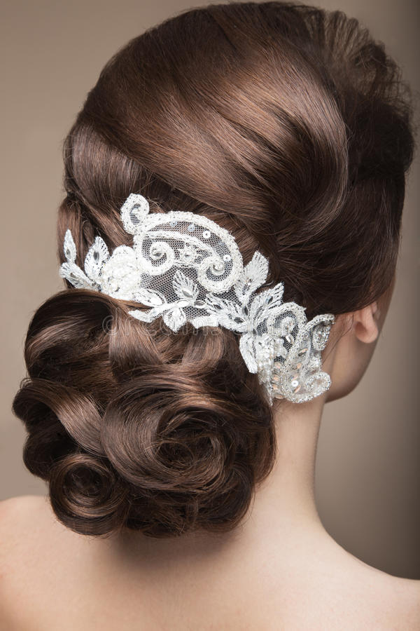 Porträt einer Schönheit im Bild der Braut mit Spitze in ihrem Haar Schönes lächelndes Mädchen Hintere Ansicht der Frisur stockbilder