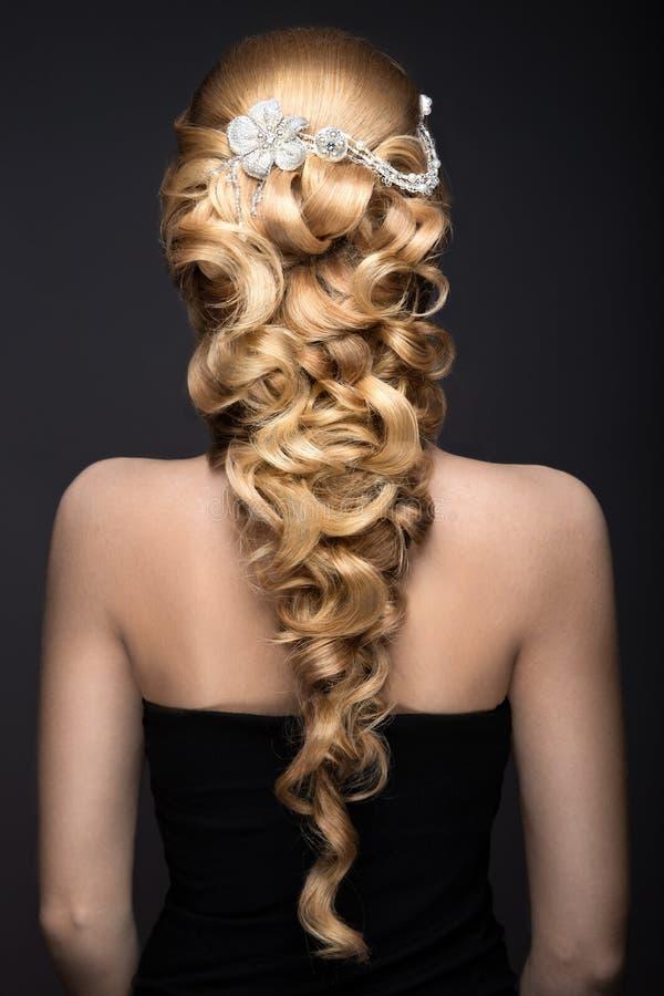 Porträt einer Schönheit im Bild der Braut mit Spitze in ihrem Haar Schönes lächelndes Mädchen Hochzeitsfrisur-Rückseitenansicht stockfotos