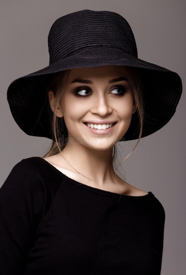 Porträt einer Schönheit im schwarzen Hut Porträt lokalisiert lizenzfreie stockfotos