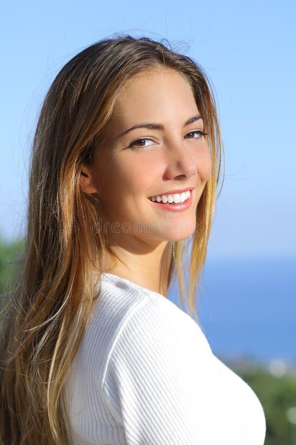 Porträt einer Schönheit mit einem weißen vervollkommnen Lächeln stockfotografie