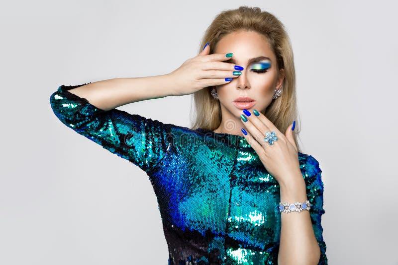 Porträt einer Schönheit mit elegantem Make-up und moderner Maniküre stockbilder