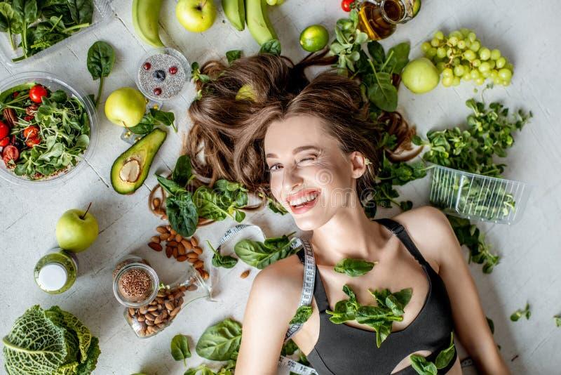 Porträt einer Schönheit mit gesunder Nahrung stockfoto