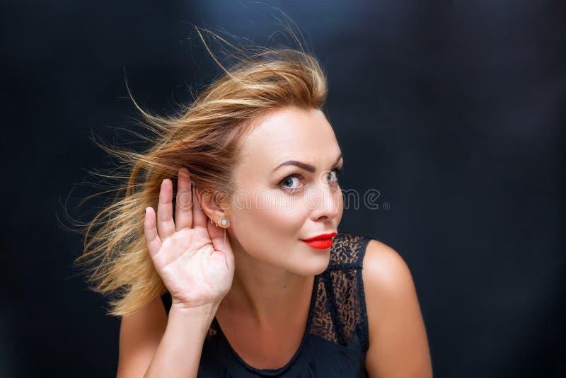 Porträt einer Schönheit mit einer Hand nahe ihrem Ohr stockfotos