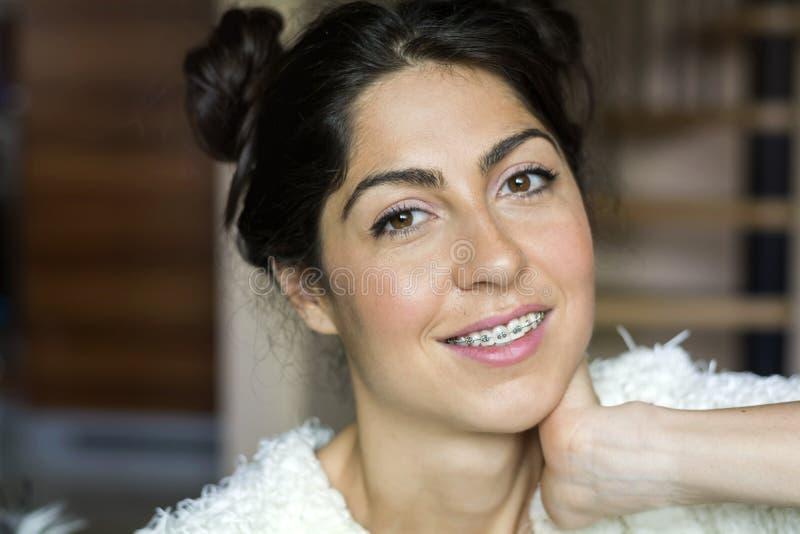 Porträt einer Schönheit mit Klammern auf Zähnen Orthodontische Behandlung Lokalisiert über weißem Hintergrund stockfotografie
