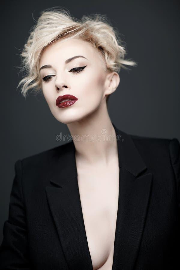 Porträt einer Schönheit mit sauberer Haut stockbild