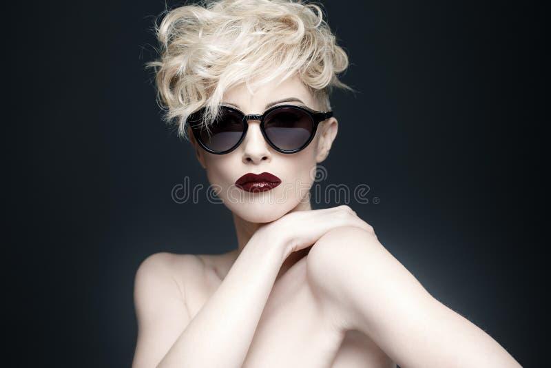 Porträt einer Schönheit mit sauberer Haut lizenzfreies stockbild