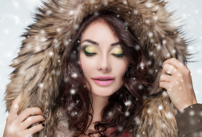 Porträt einer Schönheit mit schönem Make-up und der Maniküre in einem Pelzmantel stockbild