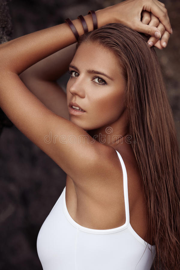 Porträt einer Schönheit mit Sonnenbräune am Strand lizenzfreie stockbilder