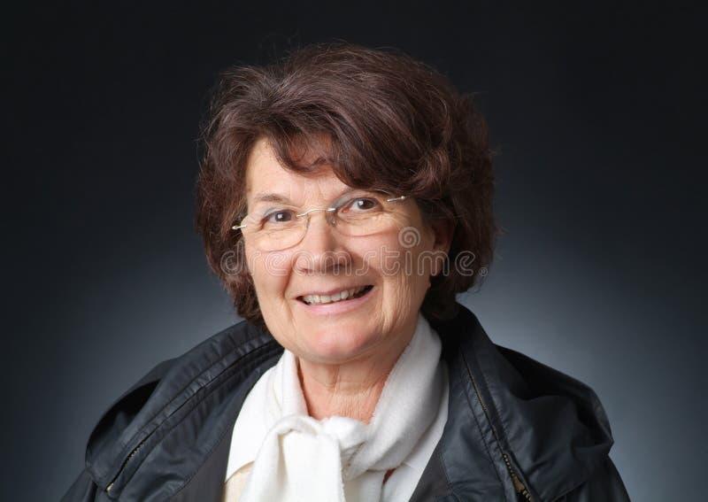 Porträt einer senoir Dame - Geben eines Lächelns stockfotografie