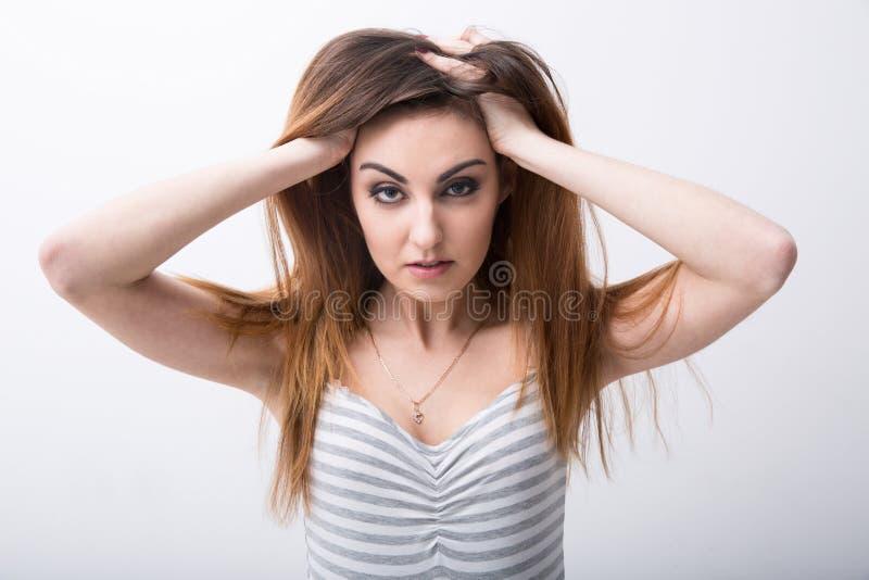 Porträt einer sexy Frau, die ihr Haar berührt lizenzfreie stockfotos