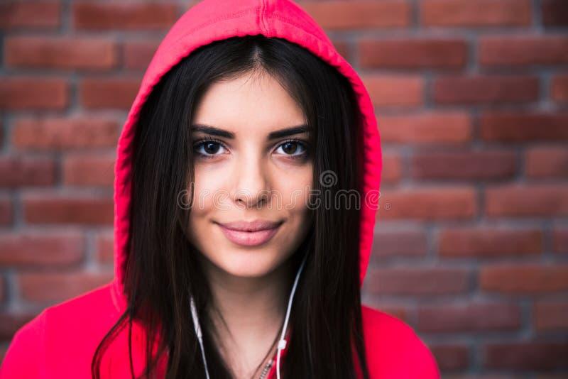 Porträt einer sportlichen netten Frau in den Kopfhörern stockbilder