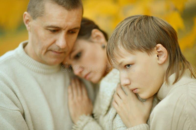 Porträt einer traurigen Familie lizenzfreies stockbild