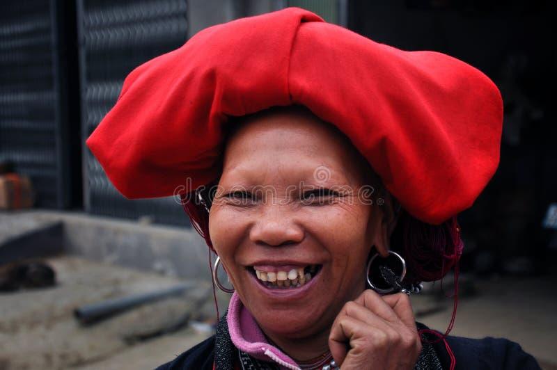 Porträt einer vietnamesischen roten Dao-Frau. Ta Phin, Vietnam lizenzfreie stockfotos