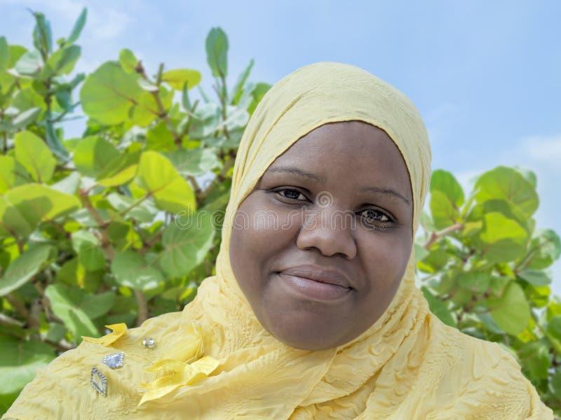 Porträt einer wollüstigen Frau, die ein Kopftuch trägt lizenzfreie stockfotografie