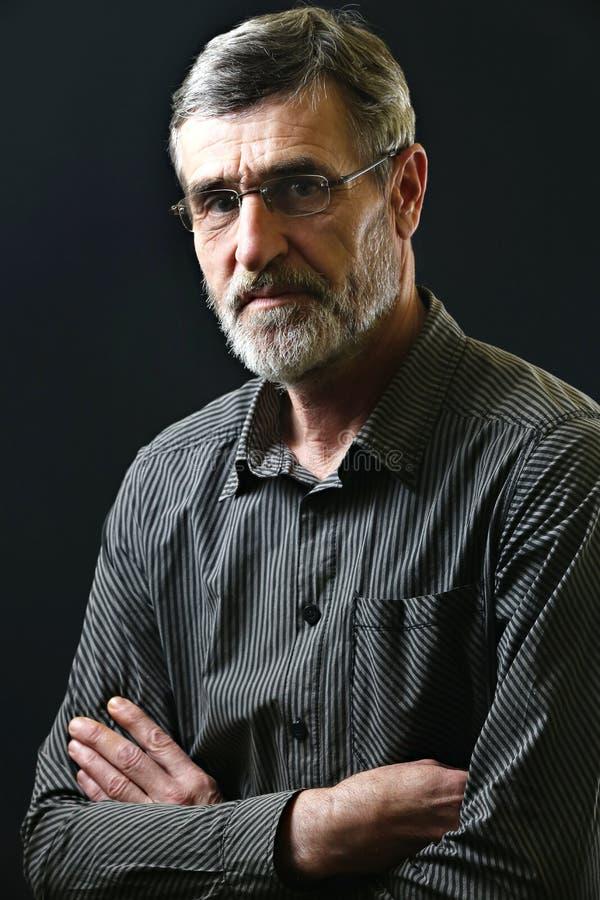 Porträt einer zufälligen Mitte alterte Mann in gestreiftem Hemd lizenzfreie stockfotos