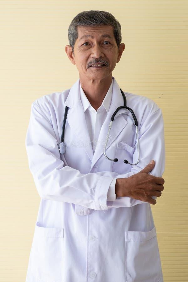 Porträt eines älteren Doktorlächelns stockfoto