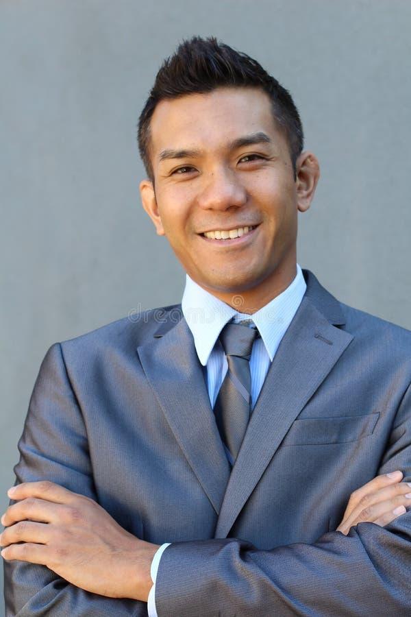 Porträt eines überzeugten asiatischen Rechtsanwalts draußen stockfoto