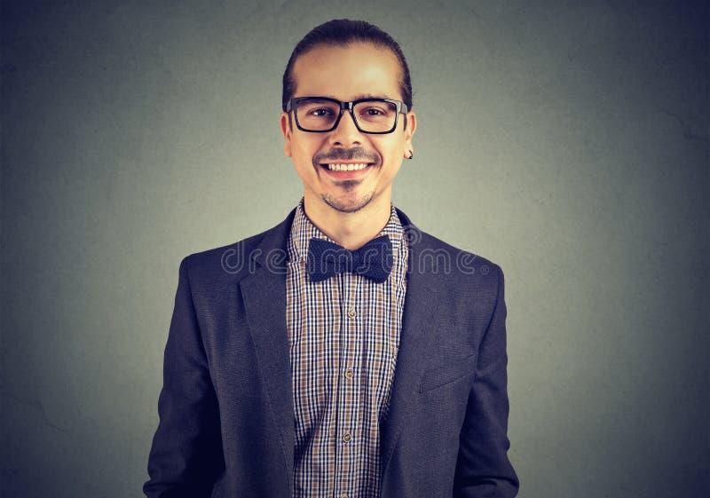 Porträt eines überzeugten lächelnden unabhängigen Geschäftsmannes lizenzfreie stockfotografie