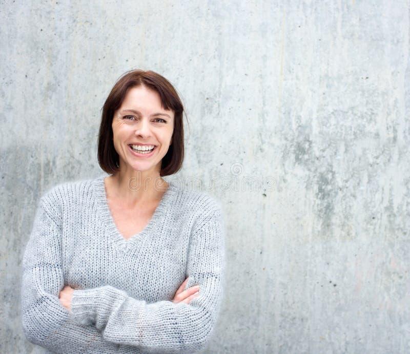 Porträt eines überzeugten Lächelns der älteren Frau stockfotos