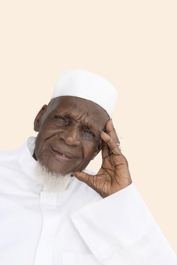 Porträt eines achtzigjährigen afrikanischen Mannlächelns stockbild