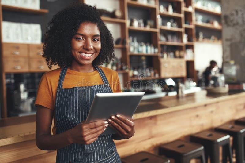 Porträt eines afrikanischen jungen weiblichen Caféinhabers lizenzfreie stockfotos