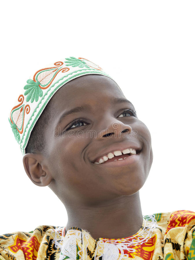 Porträt eines Afrojungen, der, zehn Jahre alt, lokalisiert lächelt lizenzfreie stockfotos