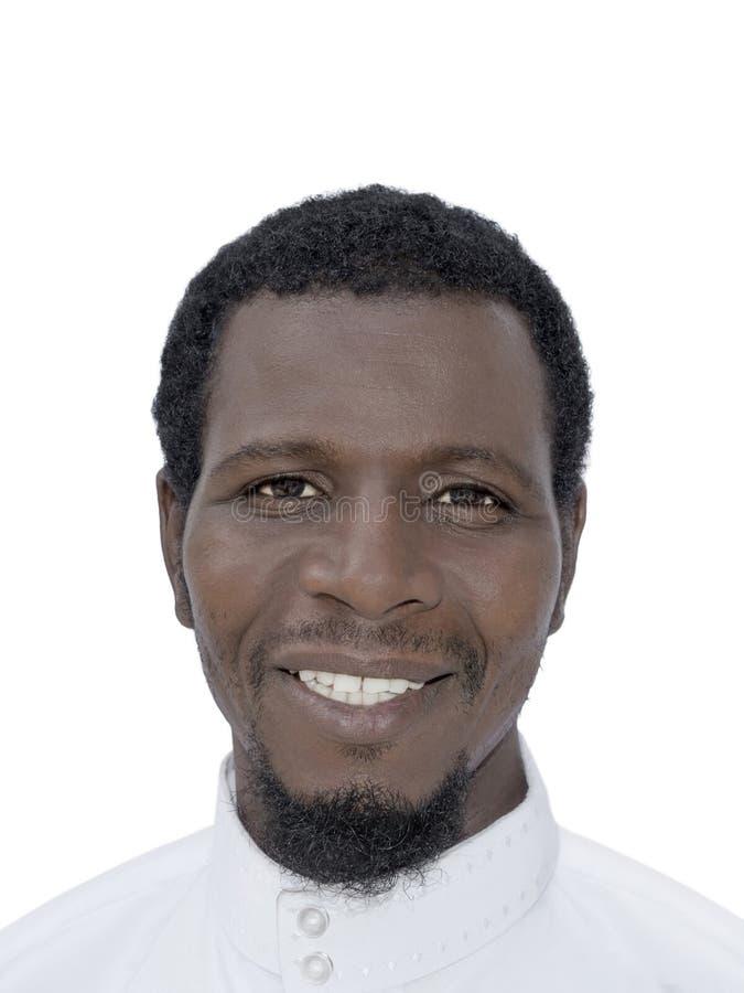 Porträt eines Afromannes, der ein weißes djellaba, lokalisiert trägt lizenzfreie stockbilder