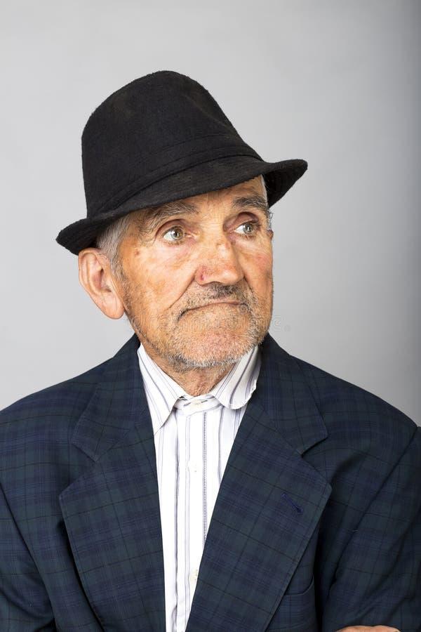 Porträt eines alten Mannes mit Hut stockfotos