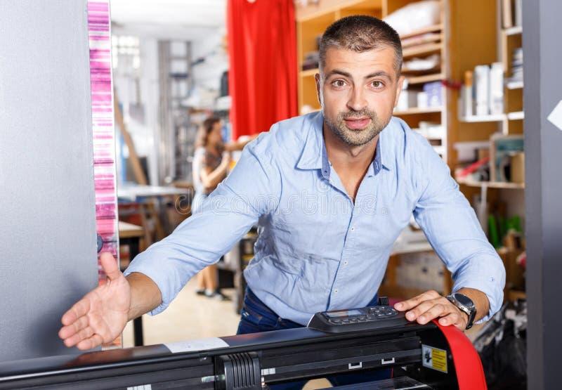 Porträt eines Arbeiters am Druckerstudio stockfoto
