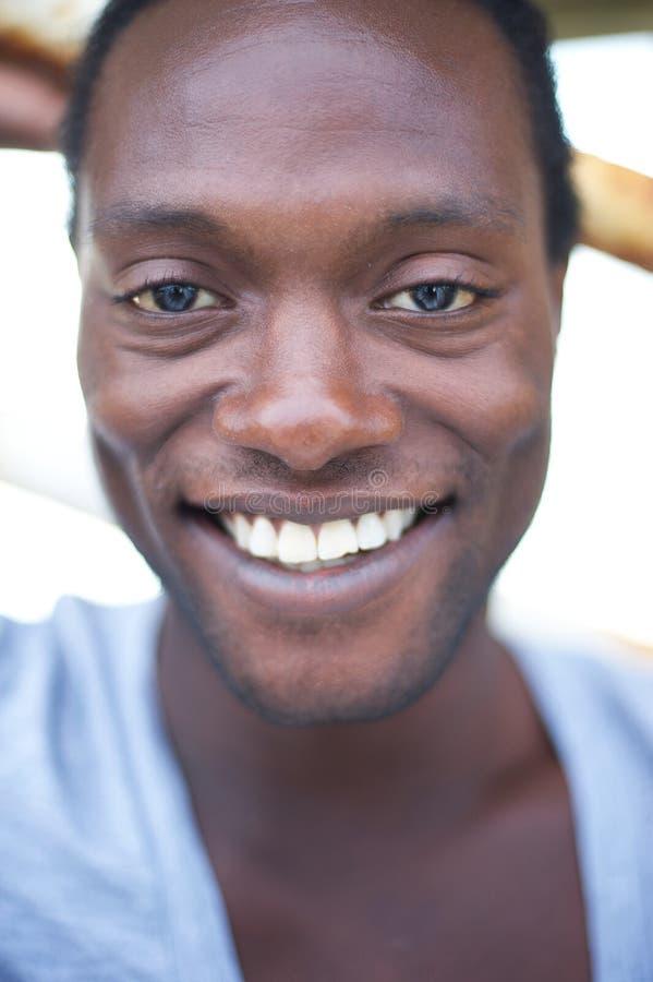 Porträt eines attraktiven Afroamerikanermannlächelns stockbilder