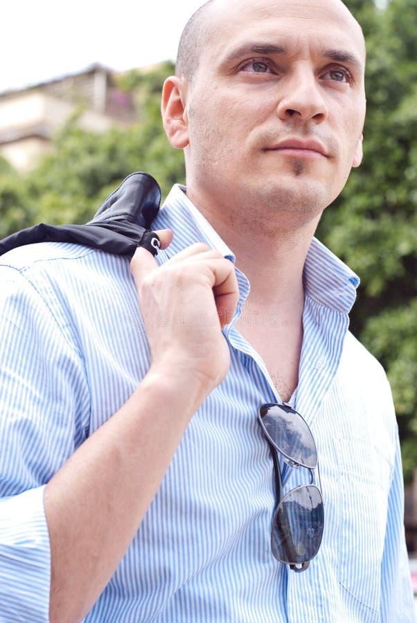 Porträt eines attraktiven herrlichen Kerls lizenzfreies stockbild