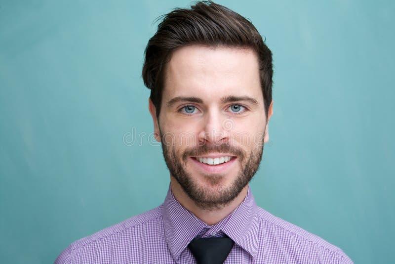 Porträt eines attraktiven jungen Geschäftsmannlächelns stockfotografie
