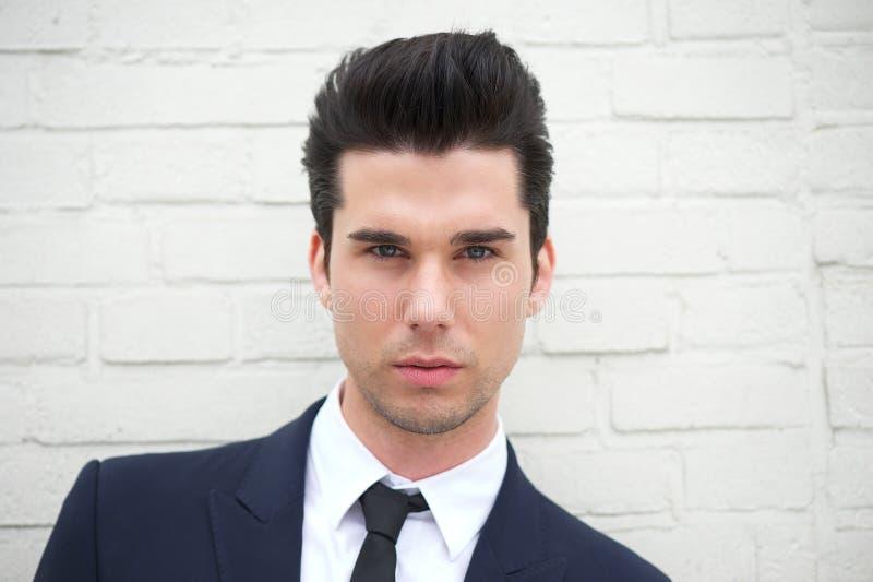 Porträt eines attraktiven jungen Mannes im Anzug stockbild